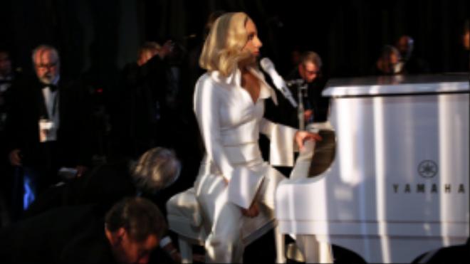 Phút tĩnh tâm của Lady Gaga trước khi lên sân khấu biểu diễn ca khúc ý nghĩa Til It Happens to You.