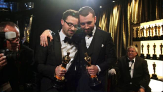 Jimmy Napes và Sam Smith lắng đọng trong khoảnh khắc giành Oscar cho Ca khúc trong phim xuất sắc.