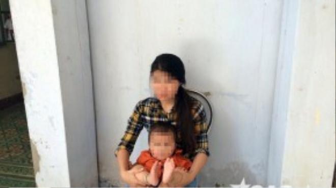 Cháu bé bị bạo hành và mẹ.
