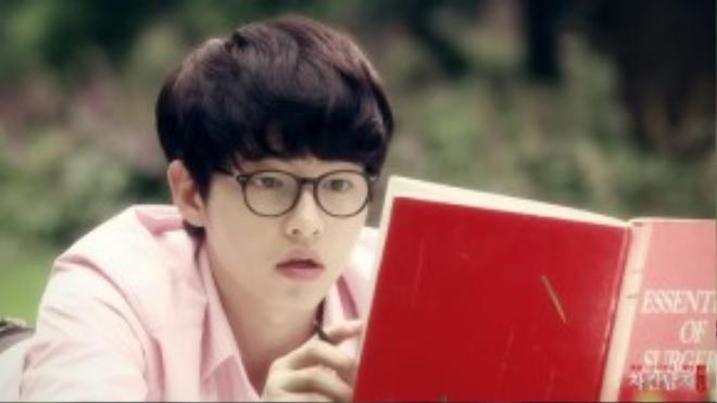 """Song Joong Ki ngây ngô như anh chàng thư sinh với cặp mắt kính cận cùng mái tóc """"nồi úp"""" siêu đáng yêu."""