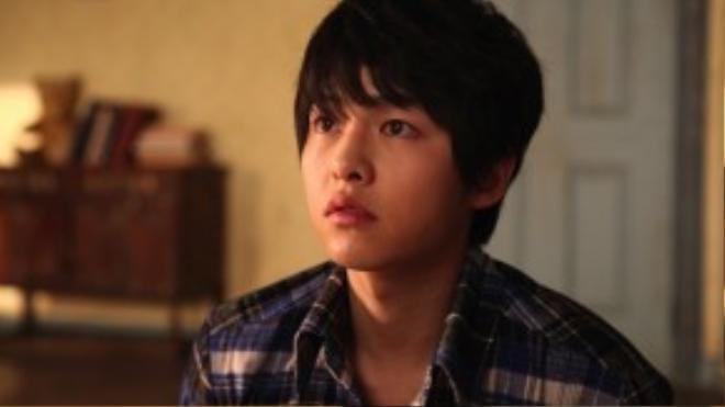 """Với khuôn mặt cùng kiểu tóc """"rối tơi bời"""" có lẽ Song Joong Ki đã khiến trái tim bao fan nữ thổn thức."""