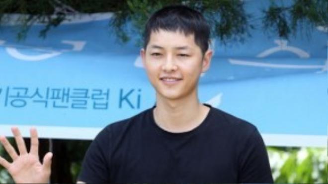 Có một sự lột xác không hề nhẹ khi Song Joong Ki để tóc gọn gàng lên đường nhập ngũ.