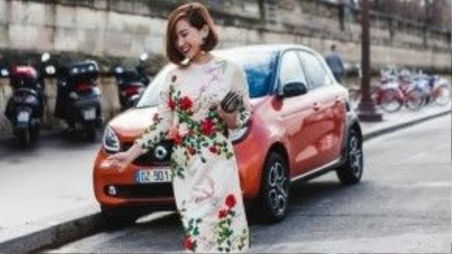 Bà mẹ một con không quên mix cùng chiếc clutch đính đá hết sức ăn ý với màu váy, đôi Louboutin dường như là người bạn thân khi luôn được Trâm Nguyễn ưu ái diện xuống phố.