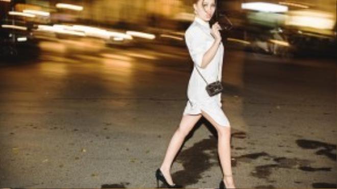 Cô tự tin khoe chân dài trên phố.