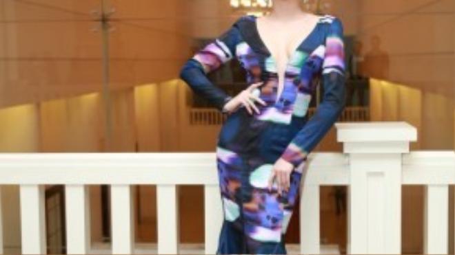Tóc Tiên xuất hiện đơn giản cùng tóc vuốt cao, son màu nude, váy đuôi cá cổ điển khoét cổ của NTK Lý Qúi Khánh.