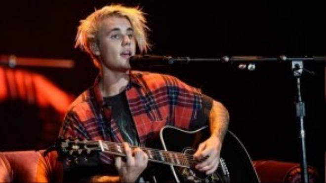 Nam ca sĩ Baby khiến fan la hét không ngừng khi cất giọng: 'I want to fix all your insecurities' (Tôi muốn chữa lành những vết thương của em)