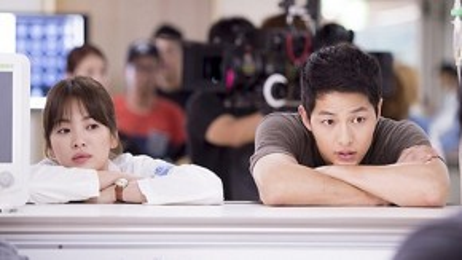 """Hình ảnh hậu trường đáng yêu của cả hai. Liệu có ai nghĩ Song Hye Kyo là """"người già"""" với những hành động đáng yêu như thế này?"""
