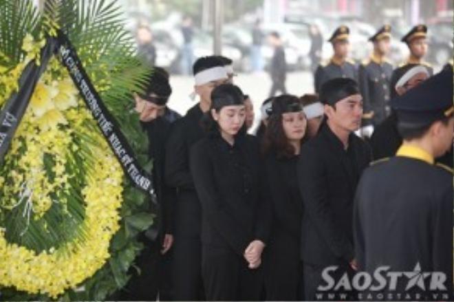 Dòng người xếp hàng bên ngoài Nhà tang lễ Bộ Quốc phòng trước giờ lễ viếng nhạc sĩ Thanh Tùng bắt đầu.