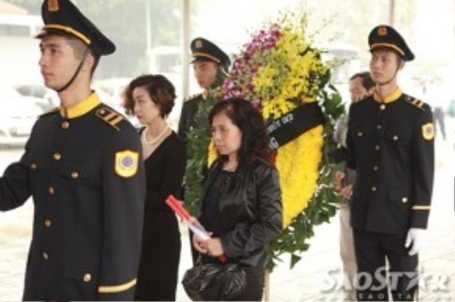 Chị gái Trần Lập đại diện gia đình đến chia buồn với người thân nhạc sĩ Thanh Tùng.