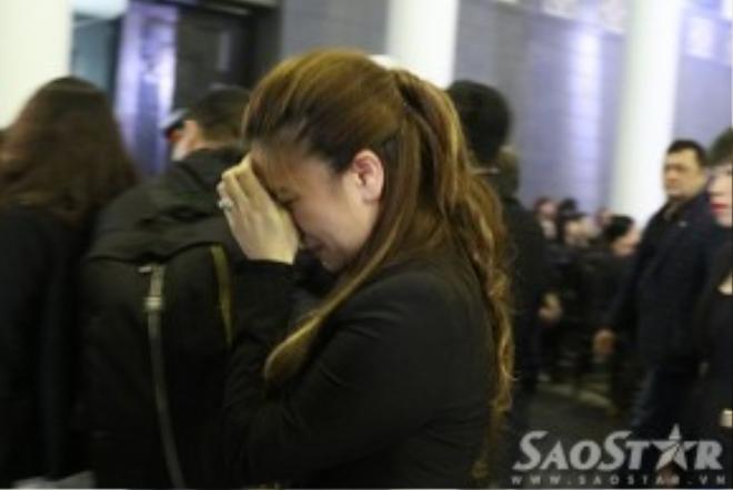 Ca sĩ Mỹ Dung khóc nức nở trong lễ tang.
