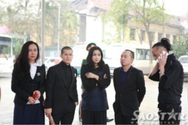 Doanh nhân Phượng Chenal, đạo diễn Việt Tú, ca sĩ Thanh Lam và nhà sản xuất ấm nhạc Quốc Trung ở phía bên ngoài Nhà tang lễ.