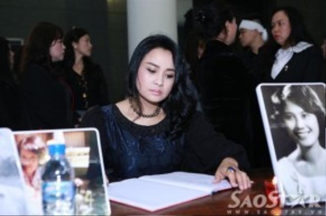 NSND Thanh Hoa và diva Thanh Lam thất thần ngồi ở bàn ghi sổ tang để viết những dòng tri ân cho cố nhạc sĩ.