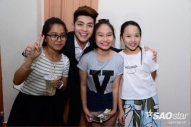 Giọng ca Xa emthân thiết chụp ảnh cùng Nhã Thy và các bé ở chương trình Giọng hát Việt nhí 2015.