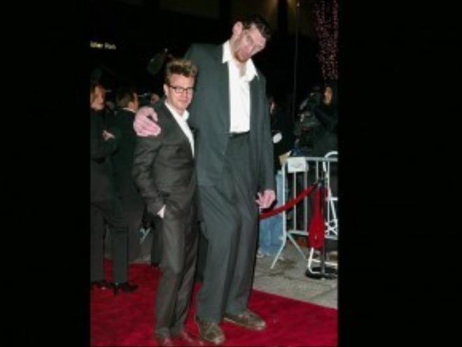 Ảnh chụp ngày 12/4/2003, Matthew McGrory dự buổi ra mắt phim Big Fish. Bên cạnh anh là Ewan McGregor.