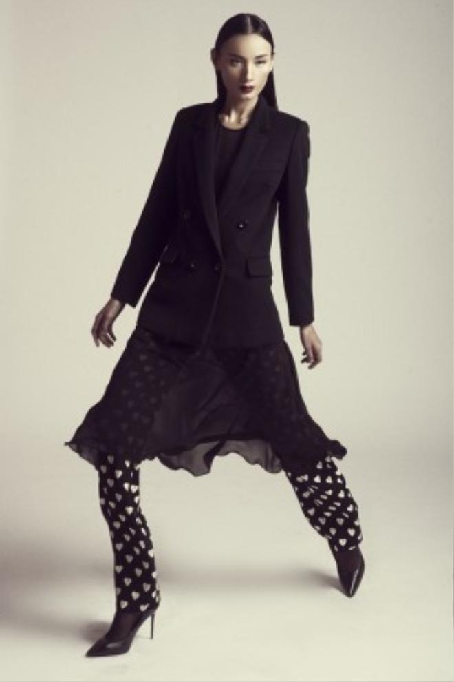 Bộ trang phục vừa làm gợi nhớ đến hình ảnh của người phụ nữ Tây phương trong những ngày xưa cũ nhưng lại vừa phảng phất nét nam tính, mạnh mẽ của phong cách menswear hiện đại.