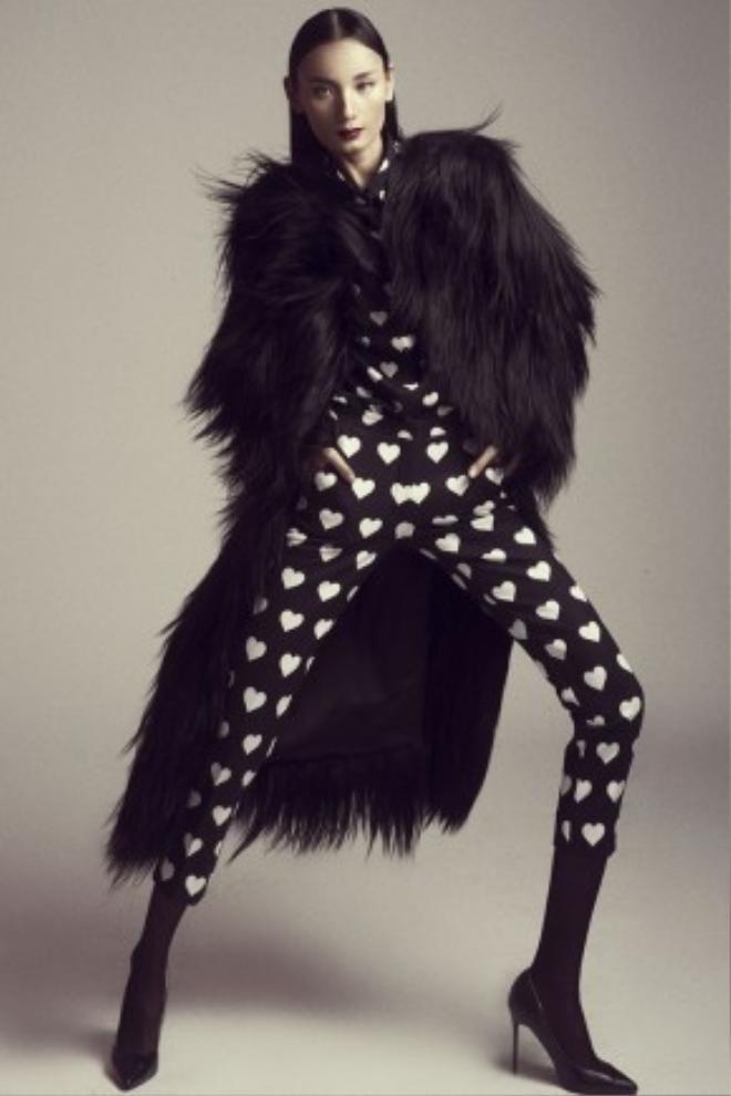 Diện cả cây đen phối hoạ tiết tim trắng, Lê Thuý trở nên ấn tượng hơn khi kết hợp cùng áo lông dày sụ bên ngoài.
