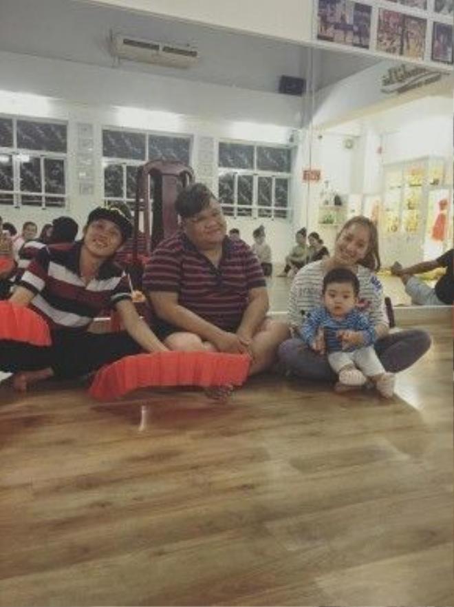 Khánh Thi chia sẻ hình ảnh Hoài Linh và con trai cô.