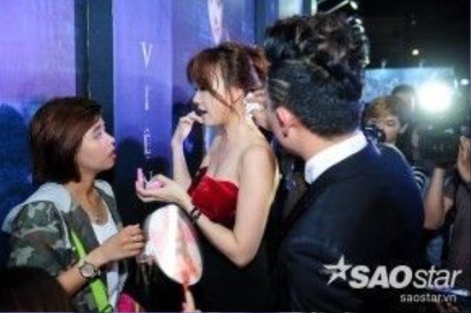 Hành động chăm sóc hết sức dịu dàng của Trần Thành làm người hâm mộ hết sức thích thú.