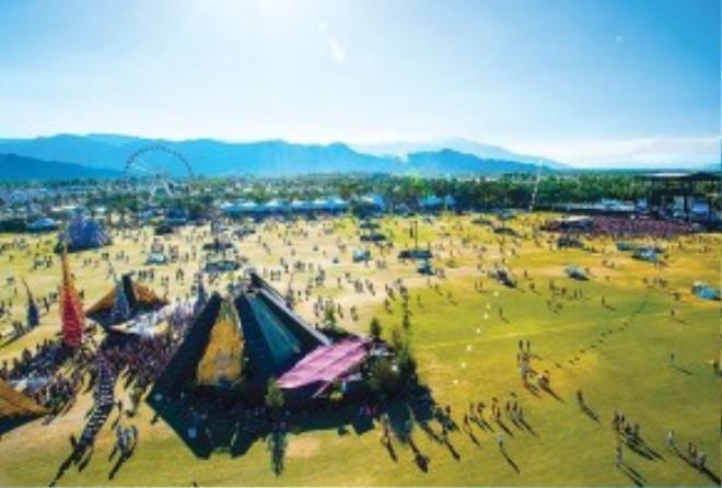 Sân khấu ngoài trời được bao quanh bởi đồi núi thơ mộng.