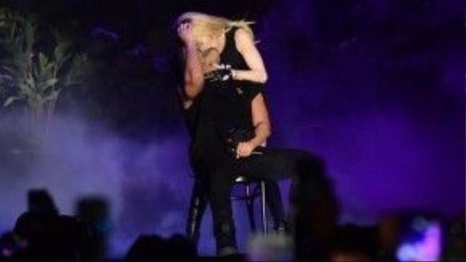 Madonna - Drake và nụ hôn gây sốt