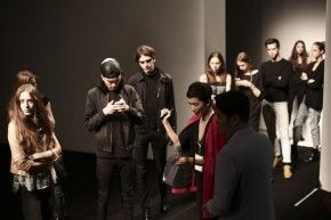 Xuân Lan chỉ đạo các người mẫu tập catwalk.