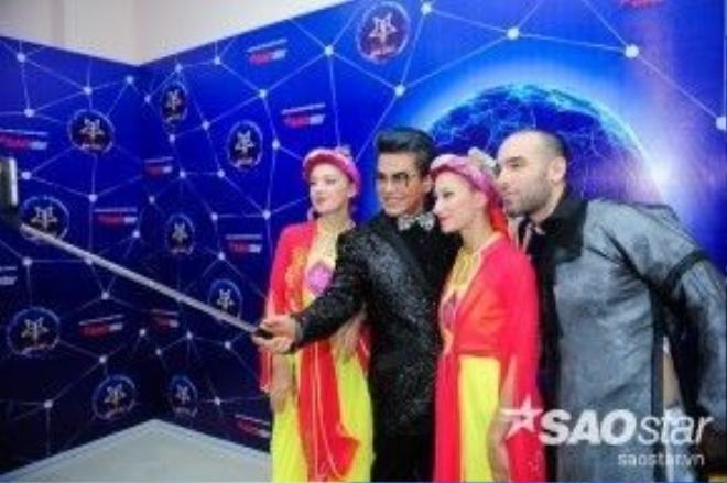 MC Thanh Bạch và các vũ công nước ngoài.