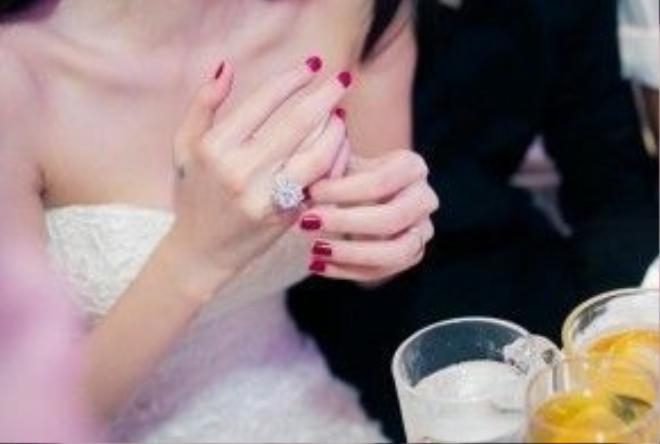 Đầu tiên, không thể nào không kể tới chiếc nhẫn cưới của cô trong đám cưới gây tiếng vang nhất nhì showbiz với chàng cầu thủ Công Vinh.