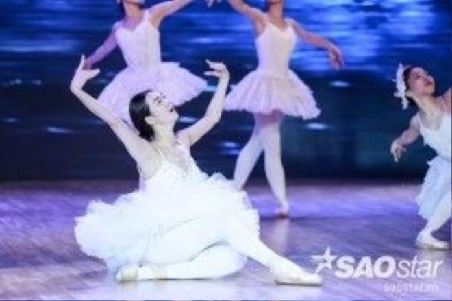 Sau đó, nữ người mẫu sẽ mang đến những điệu nhảy ballet trên giày mũi cứng.