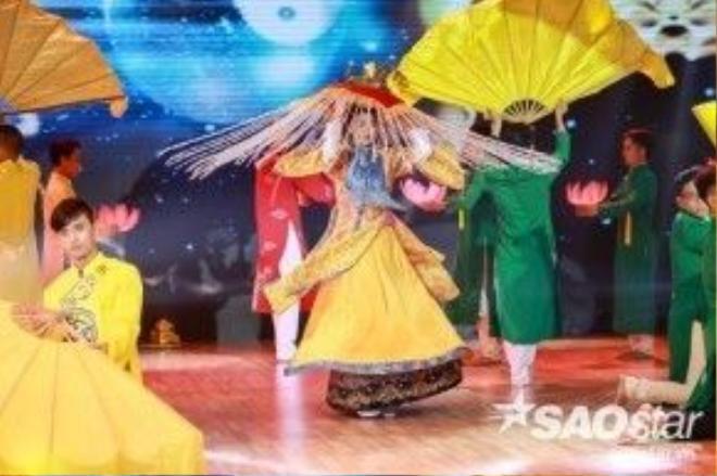 Những điệu múa truyền thống được chân dài kết hợp vào bài nhảy của mình.