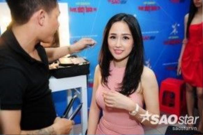 Trước đó, bên trong hậu trường, Hoa hậu Mai Phương Thúy cũng tất bật chuẩn bị để xuất hiện trên thảm đỏ.