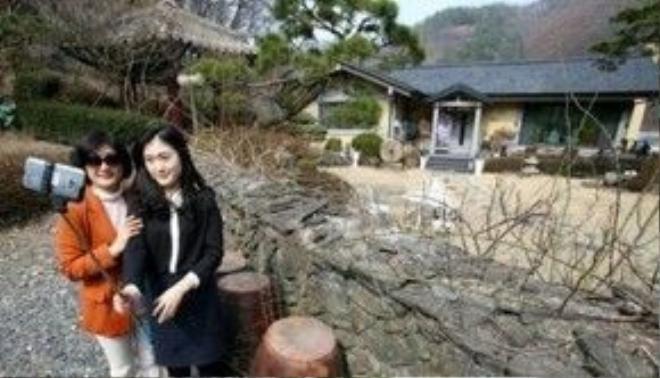 """Trào lưu fan hâm mộ chụp hình với căn nhà tại quê hương Dae Jeon của Song Joong Ki. Nơi đây dường như đang trở thành địa điểm du lịch """"bất đắc dĩ""""."""