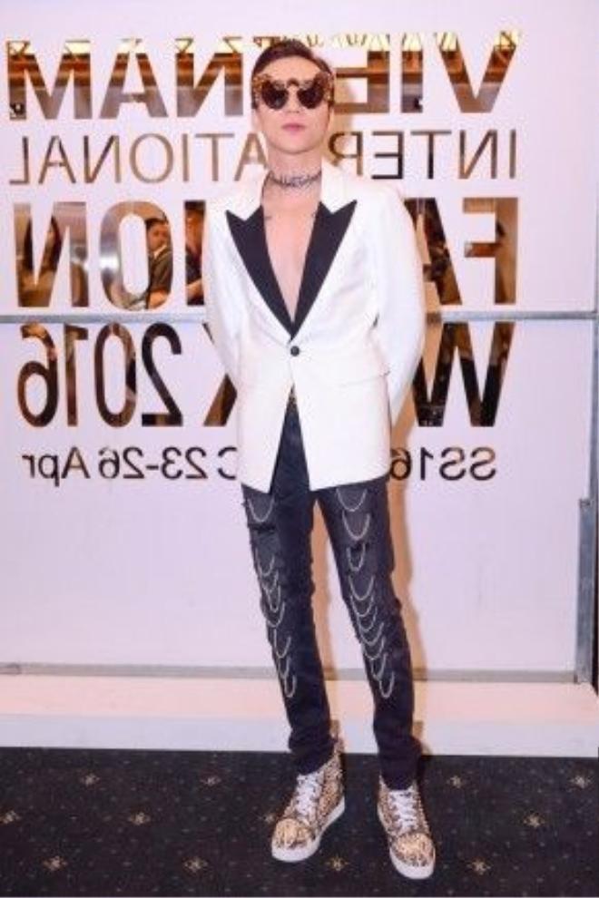 Cả cây hàng hiệu trăm triệu của Phúc Cường mang đến cho anh chàng một diện mạo hoàn toàn mới, cuốn hút mà rất fashion cho một sự kiện thời trang.