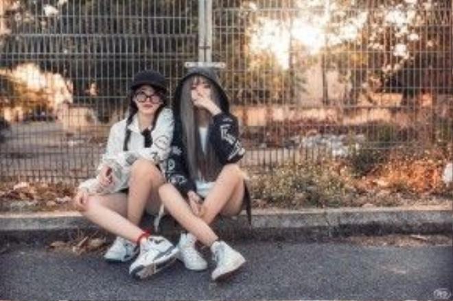 Style chụp hình với nội dung đôi bạn thân cùng đẹp.