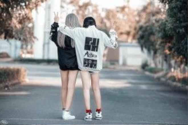 Mốt dấu quần được 2 cô nàng nhanh tay ứng dụng, trend bomber cũng không thể bỏ lỡ hè này.