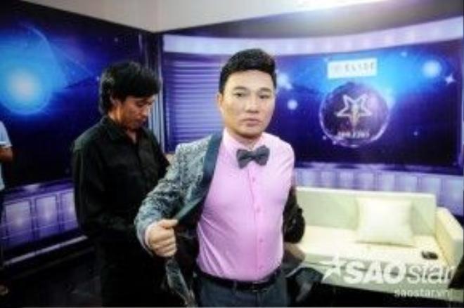 Quang Linh với nét mặt căng thẳng trong hậu trường.