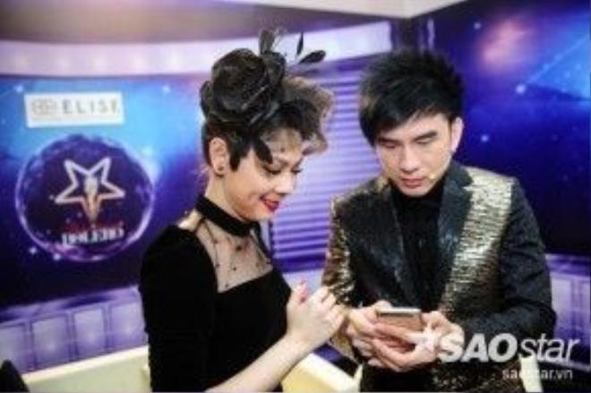 Sau đó anh xem lại ảnh chụp cùng MC Thanh Thảo.