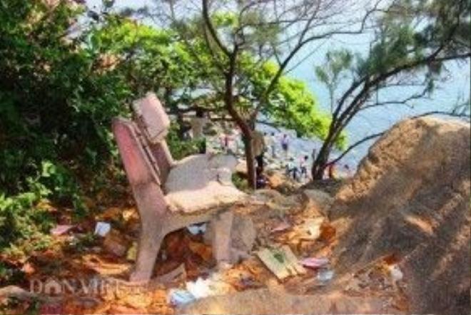 Ghế đá xuống cấp, rác thải… khiến khu du lịch Ghềnh Ráng nhếch nhác.