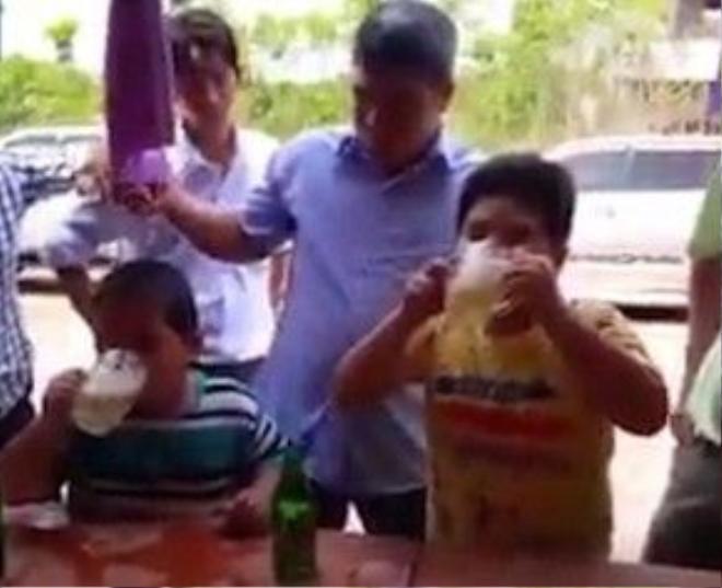 Cuộc thi giữa hai cậu bé chừng 7 tuổi ở Bình Phước, Việt Nam.