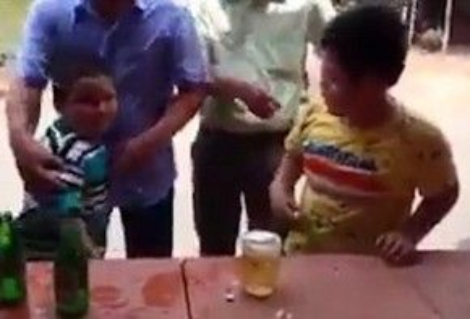 Cậu bé áo xanh lá giành chiến thắng.