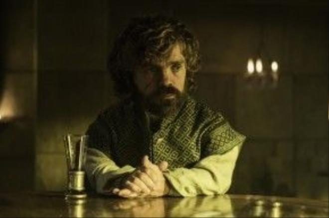 """Tyrion đang từng ngày """"vật lộn"""" sau những ngổn ngang phía bên kìa eo biển."""