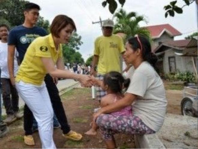 Bà Geraldine Roman bắt tay với cử tri tại tỉnh Bataan trước buổi bầu cử 9/5