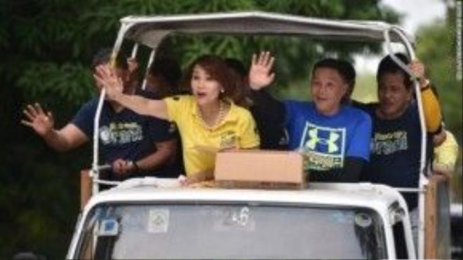 Bà Geraldine Roman vẫy tay chào người ủng hộ trong một cuộc vận động tranh cử tại tỉnh Bataan ngày 30/4/2016.