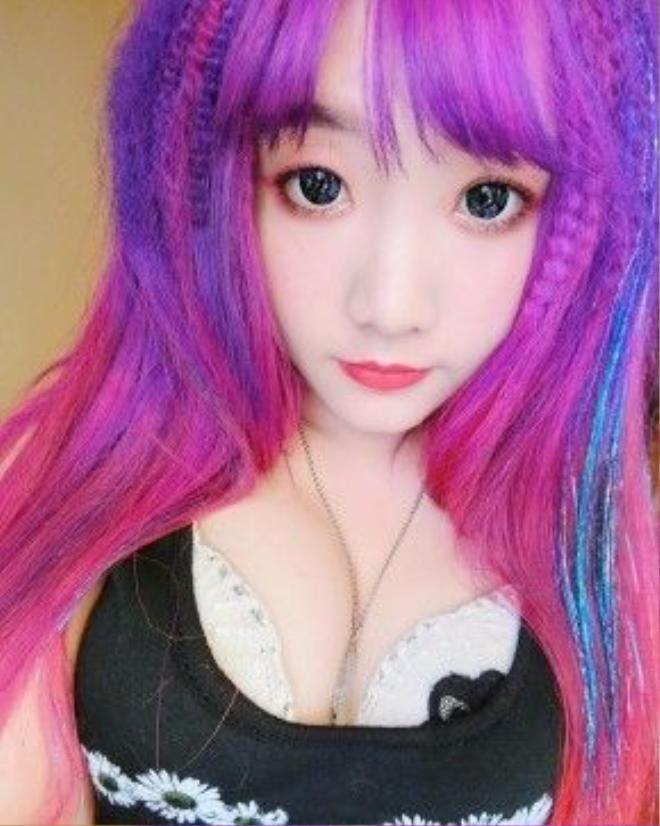 Cát Phương có lẽ là nhân vật gây sốt với mái tóc đủ màu được nhuộm hơn 20 lần.