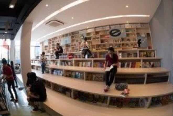 Góc đọc sách được thiết kế khá sáng tạo, thoải mái cho người đọc.
