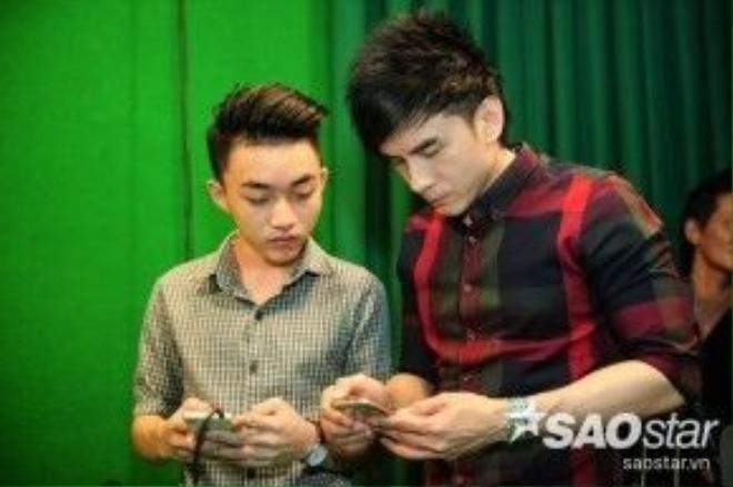 HLV Đan Trường trao đổi với Trung Quang về những lưu ý trong bài thi đêm Chung kết.