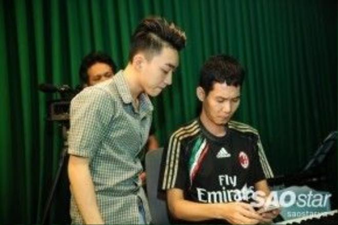 Trung Quang tập hát cùng ban nhạc Hoài Sa.