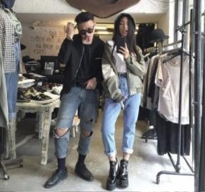 Hiếm thấy cặp đôi nào mà đẹp ngay cả về ngoại hình lẫn gu thời trang cá tính như Châu Bùi và Cao Minh Thắng. Theo đuổi gu thời trang đa phong cách, những hot trend của giới trẻ được họ cập nhật và luôn đi đầu. Thường cả hai mặc đồ đôi có liên quan đến nhau như quần jeans, áo thun và khoác bomber.