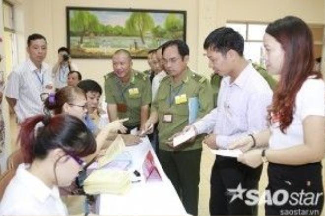 Cán bộ giáo viên trung tâm tại bàn đăng ký cử tri