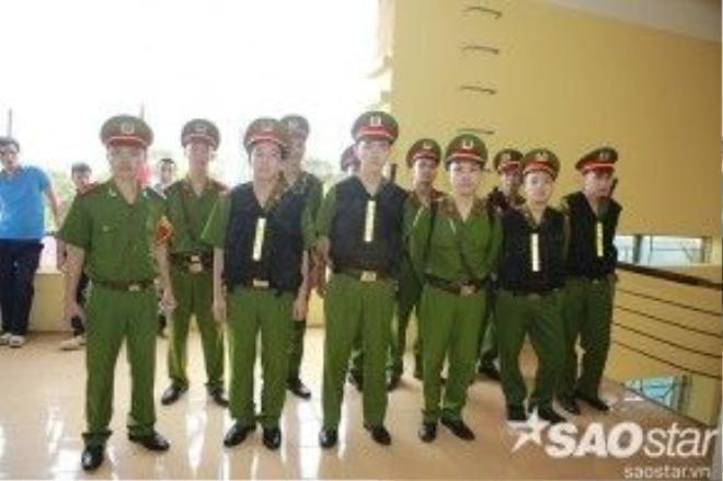 Lực lượng công an quận Từ Liêm đã có mặt để hỗ trợ an ninh trong buổi bầu cử.