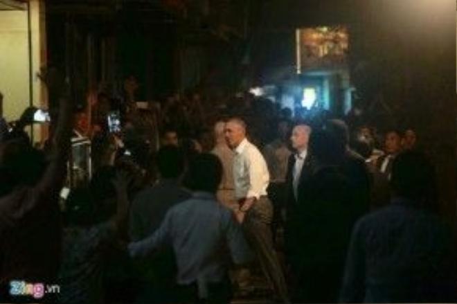 Ông Obama đi ăn tối tại khu vực quận Hai Bà Trưng, Hà Nội. Ảnh: Anh Tuấn